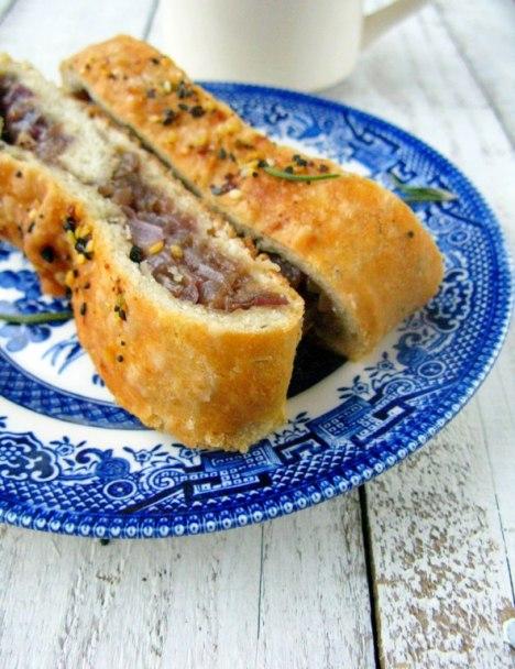 Duona su karamelizuotais svogūnais ir alyvuogėmis