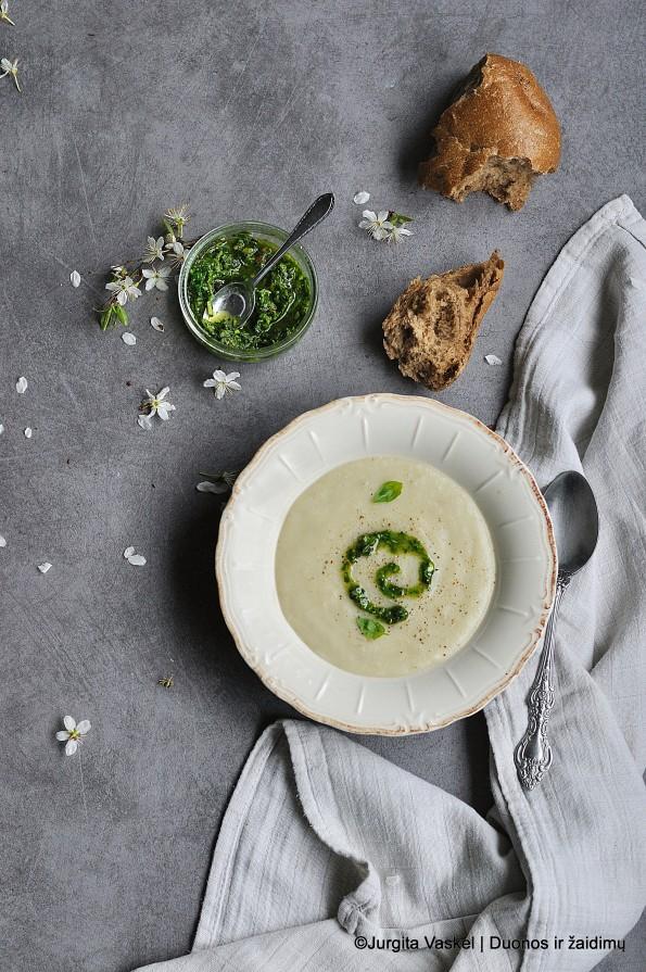 Topinambų sriuba su žaliuoju pesto