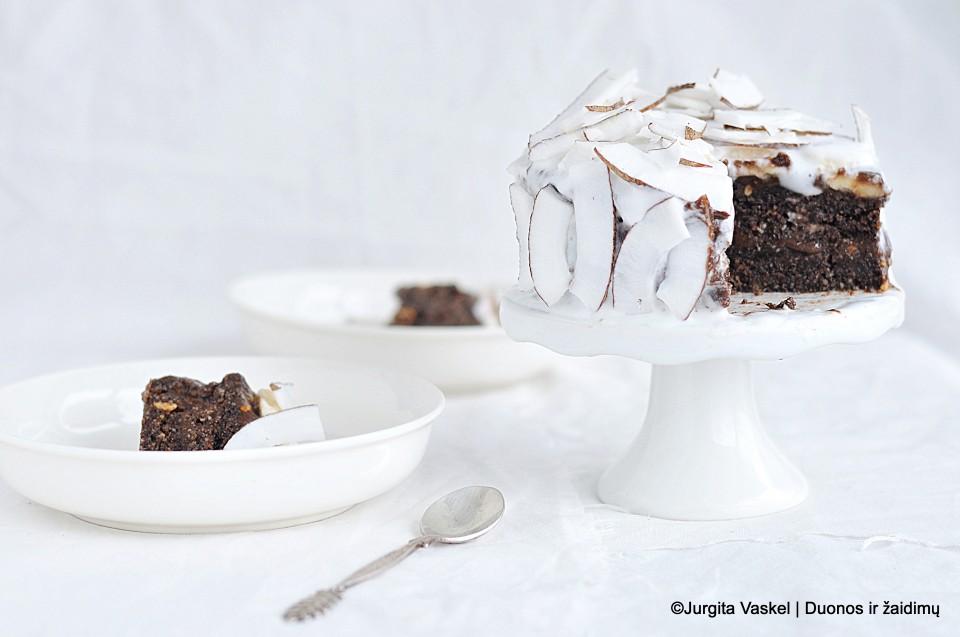 Šokoladinis tortas su kokosų pieno grietinėlė. Duonos ir žaidimų